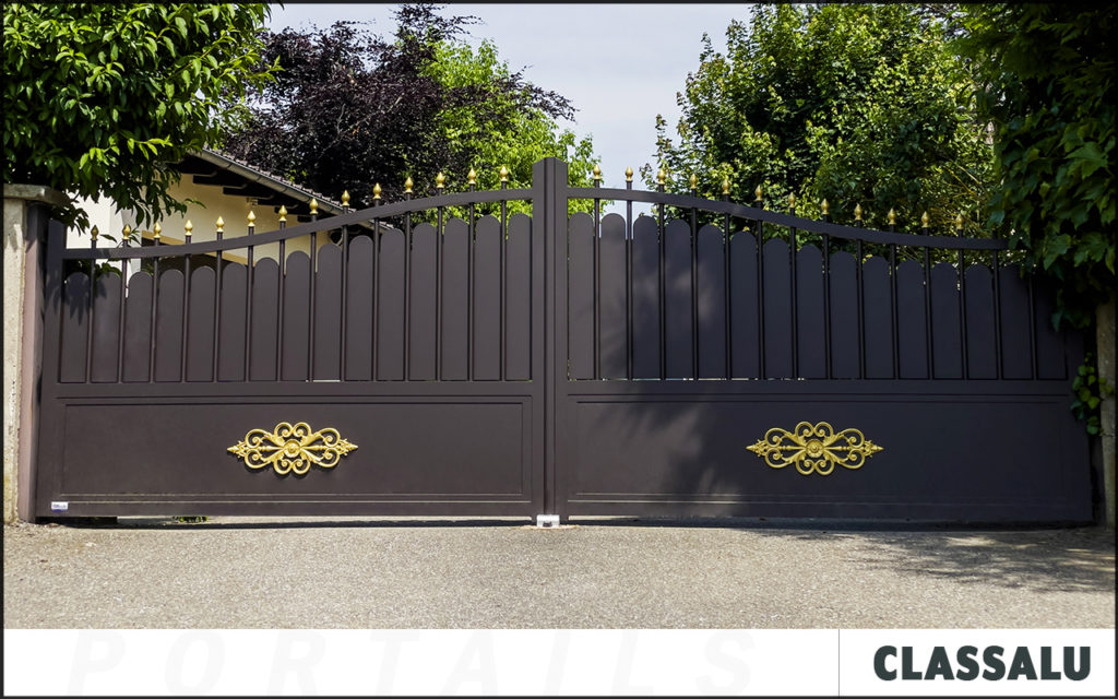 Portail sur mesure en aluminium CLASSALU, au style traditionnel proche d'un portail fer forgé mais en aluminium pour plus de modernité.