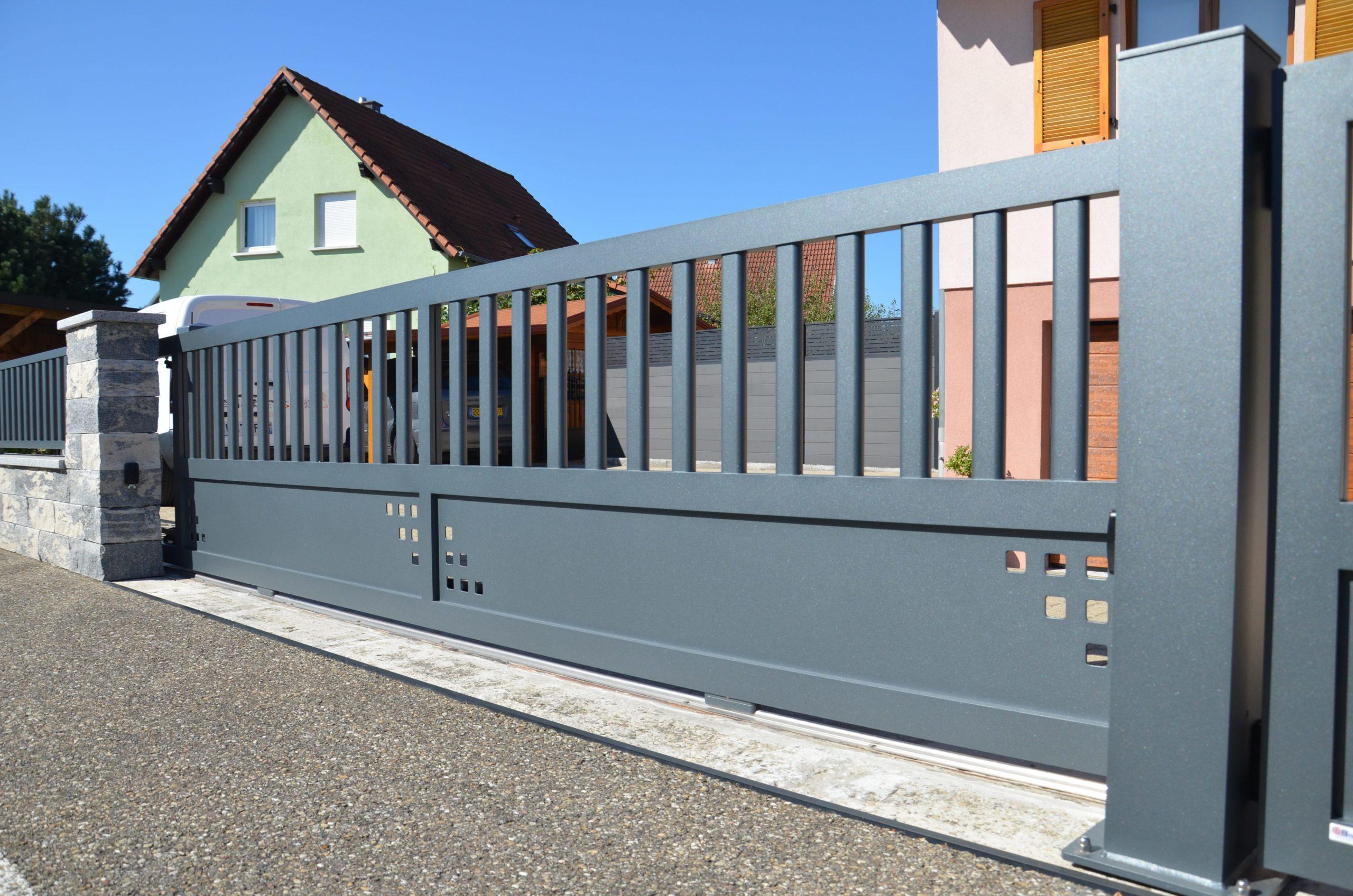 Portail aluminium coulissant avec découpes personnalisées et barreaux