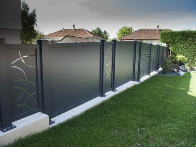 Clôture sur mesure en aluminium avec découpes personnalisées
