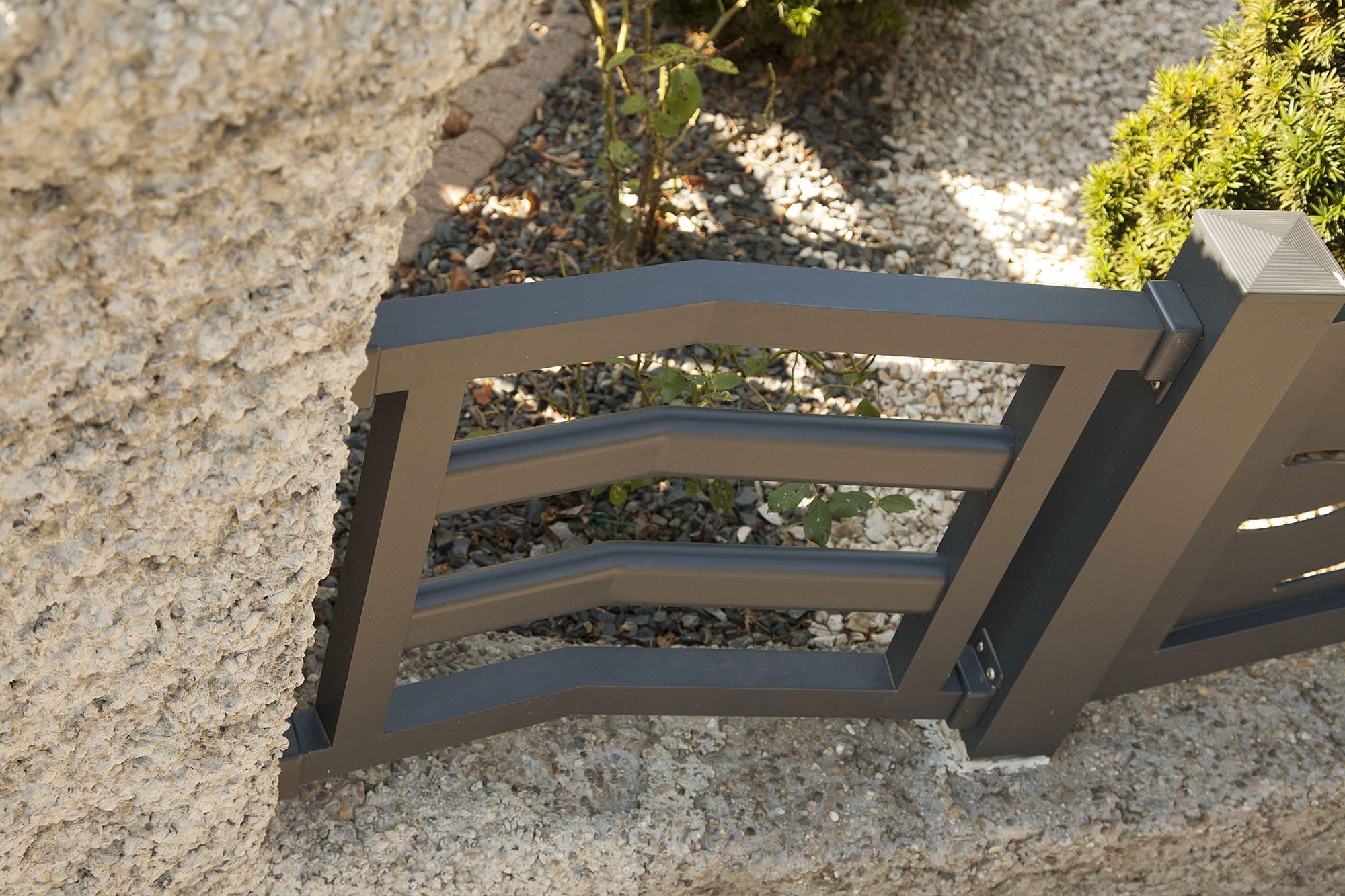 Clôture en aluminium en angle et avec barreaux