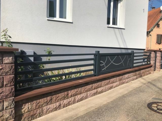 Clôture en aluminium sur mesure avec barreaux et découpes personnalisées